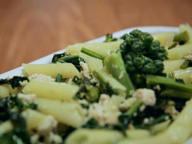 Macarrão integral com brócolis e tofu
