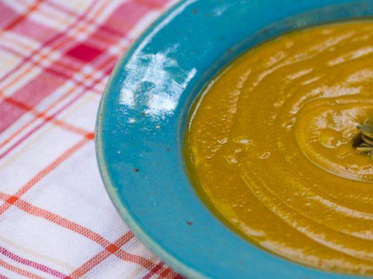 Sopa de abóbora com casca e gengibre