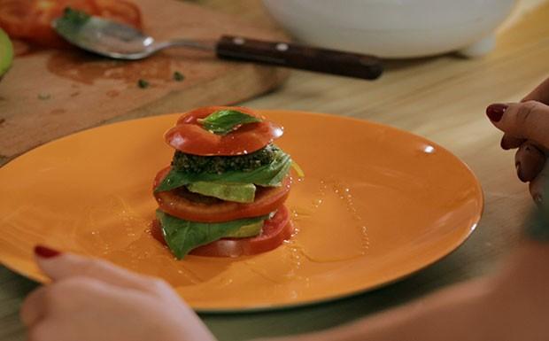Caprese de abacate com tomate e molho pesto
