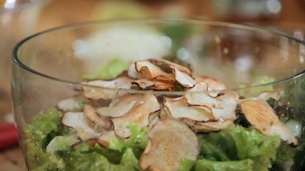 Salada verde com chips de inhame