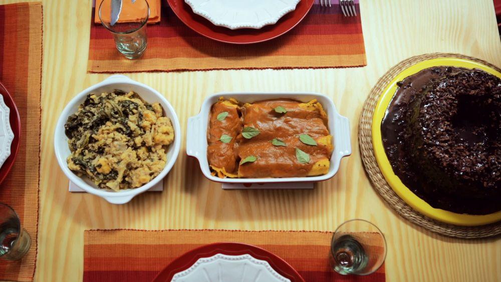 Panqueca de legumes com molho de beterraba com cenoura
