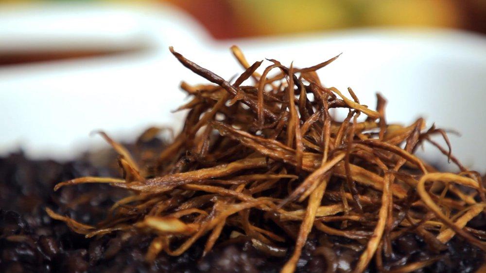 Risoto de arroz negro com bardana e cogumelo shitake