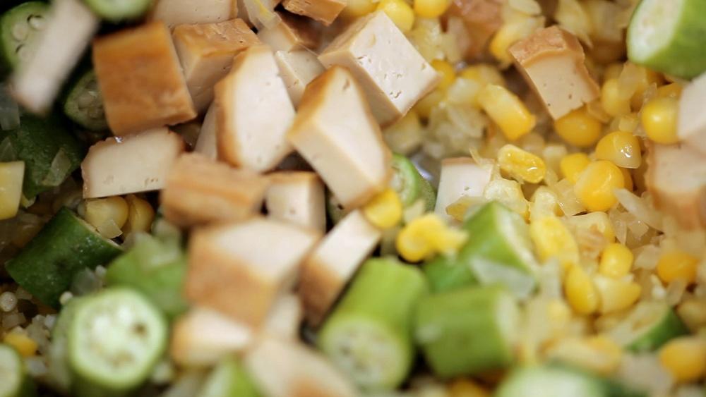 Mexidinho de milho com quiabo e tofu defumado