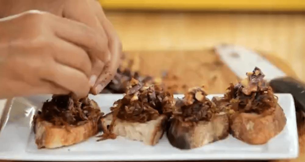 Bruschetta de cebola caramelizada, azeitona e nozes