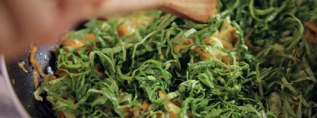 Abobrinha e cenoura ralada com folha de mostarda refogada