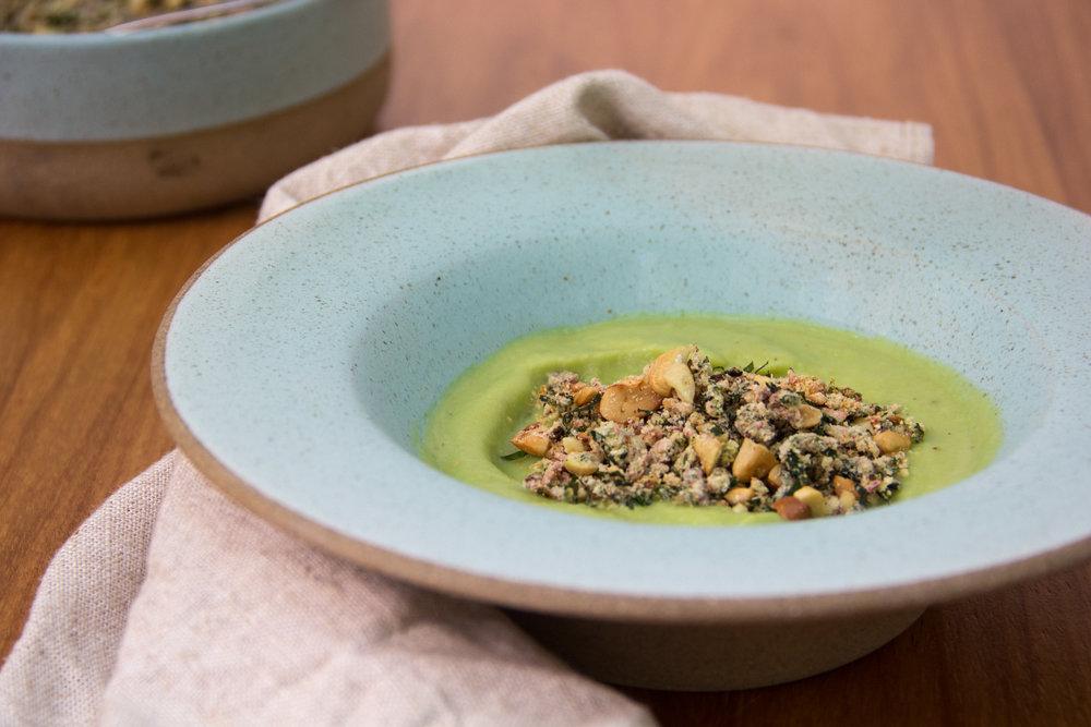 Sopa de couve-flor com talo e folha + Farofa com folha de beterraba e castanhas